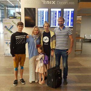 Patriks ar ģimeni pirms došanās uz Itāliju.